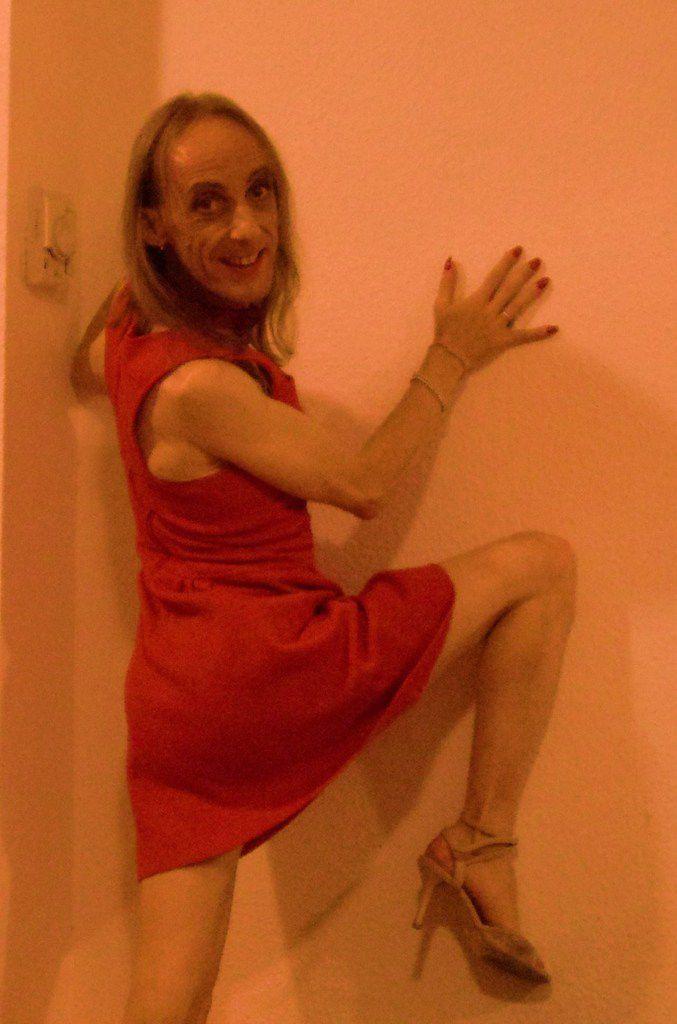 Mirada: la femme qui rit est une danseuse de tango argentin qui pleure au pied du mur, personne ne l'invite en milonga