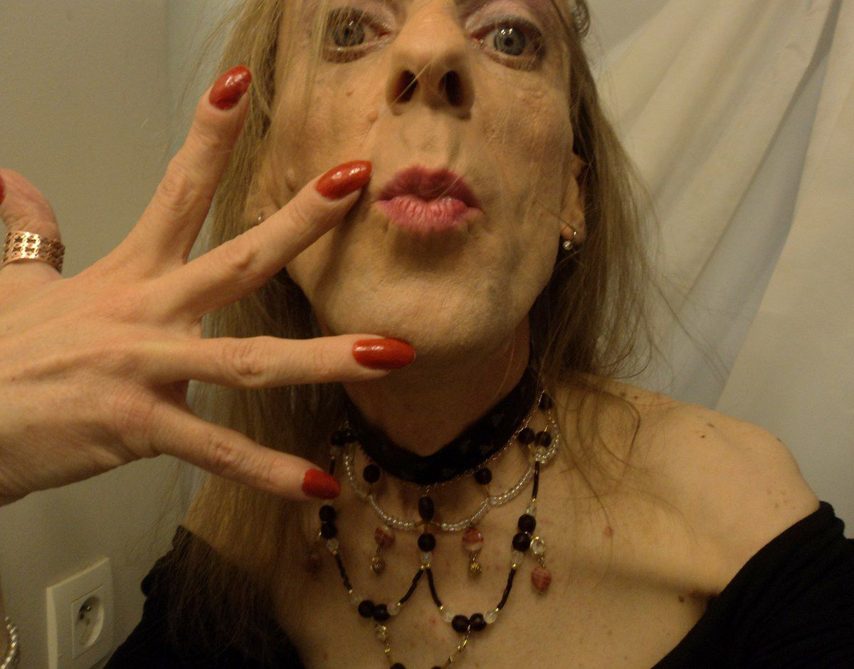 Kiss me hug me Bon baiser bisous de travestie mince demi-vierge cherche partenaire homme Vaucluse plan master queer