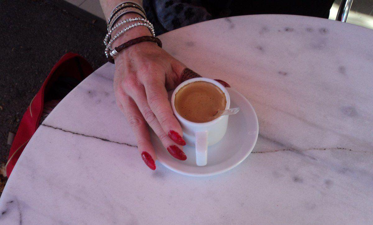 En buvant le café avec l'esprit du tango, une plume chaude a écrit des commentaires: table ronde hétéro guéridon queer