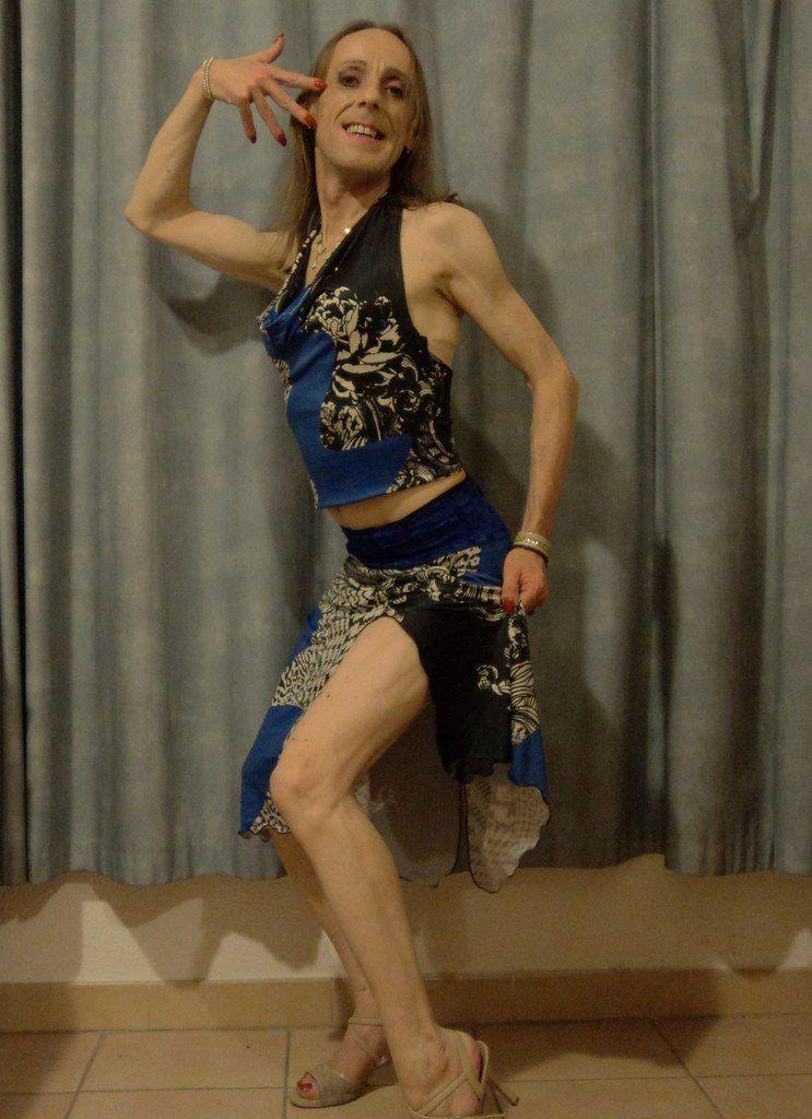 Belle et très bonne danseuse de tango argentin, jolie travestie de Provence, reçoit vos compliments, commentaires bienveillants, propositions décentes, invitations. I LOVE TANGO. Je suis une charmante tanguera dans le sud de la France, homosexuel passif, efféminé, de petite taille, très mince, grêle, corps menu, blond totalement épilé, avec des jambes de sauterelle, des cuisses de grenouille, une vraie petite poulette sexy, excitante, drôle, coquine, et parfois un peu cochonne, je l'avoue. Tenue tanguera jupe coloris bleu noir gris blanc brillante, debardeur col bénitier, top beau tissu imprimé, ensemble glamour idéal pour aller danser dans les milongas françaises, et d'ailleurs, chaussures à talons aiguilles, pointure 37, j'ai de jolis petits pieds, chevilles frêles, une cambrure du dos naturelle. Travesti maigrichon, docile, excellent danseur de tango de piste, grande expérience du bal, abrazo cerrado, tango nuevo, j'ai le rythme dans la peau. Yo soy Violetta la fea, una reina del adorno, rey del compas, técnica y adornos para mujeres. Rencontre tango queer. Leader follower gay tango dancer in the south of France. Mariage gay relation sérieuse promenade sorties drague jeux de mots jeux de jambes. Créature de rêve, gentil petit monstre, une diablesse qui danse le tango mais qui aime aussi la danse du ventre, la danse contemporaine, orientale, arabo andalouse et indienne. BI spiritualité berdache hijra katoey transgenre. Qui a dit que le tango est l'expression verticale d'un désir horizontal ? Pourquoi on dit que le tango est une addiction et une thérapie en même temps ? Ah ! Oxymore paradoxe contradiction, mon amour, mon tendre drame, ma souffrance. J'aime faire des striptease, chaude et aguicheuse, travestie qui bouge ses fesses, excitante, beau petit cul que certains hommes apprécient dans la région. Striptease qui finit en string et en soutien-gorge. TANGO MON AMOUR. Homo efféminé open plan café tango panaché, invite-moi à boire un verre, j'aime les balades dans