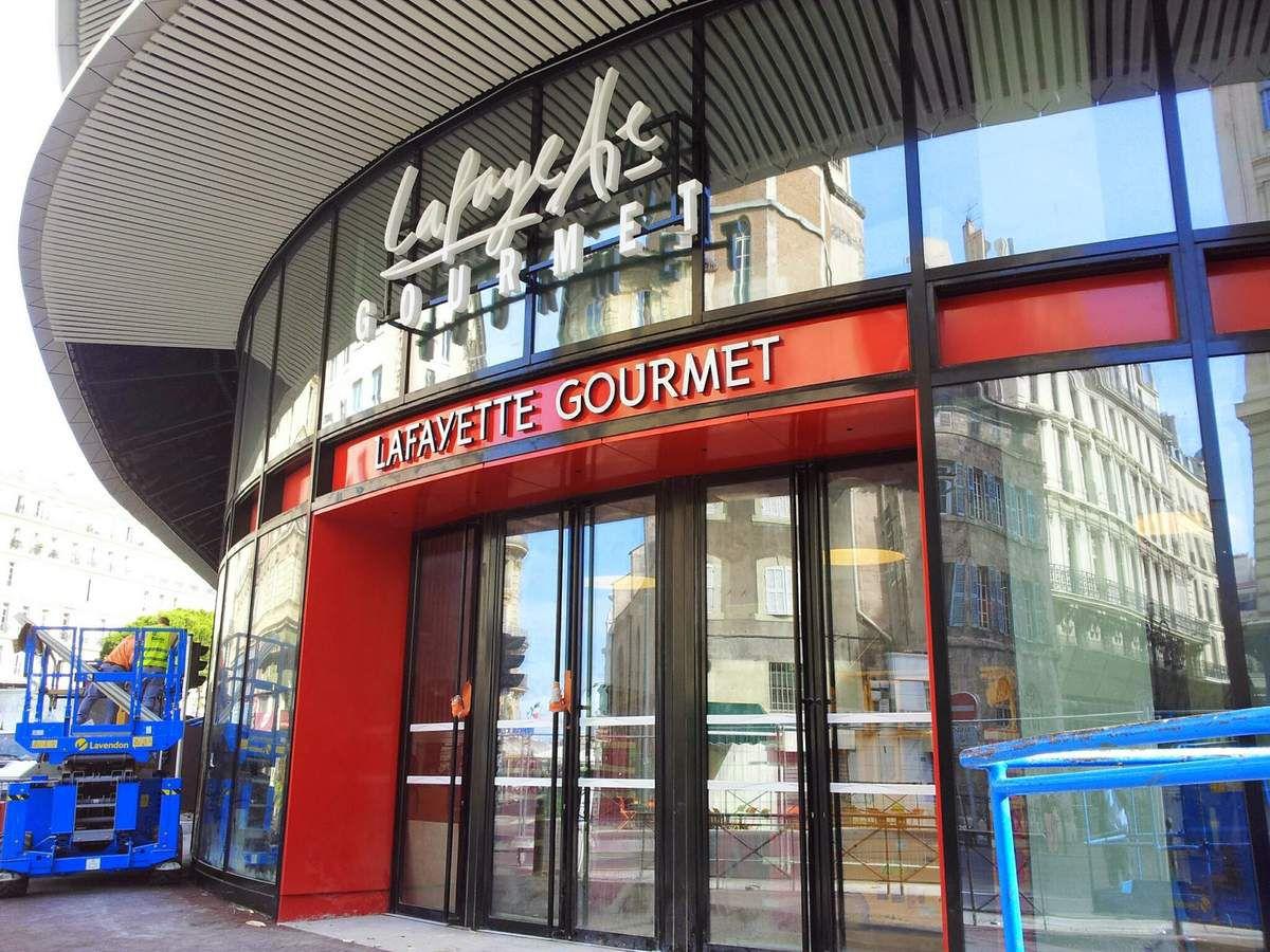 Le Studio Choi_Photo est situé au second étage de l'enseigne du grand magasin Les Galeries Lafayette du centre bourse à Marseille #adresse_photographe_agree_ants #adresse_studio_choi_photos #photo_identite_marseille