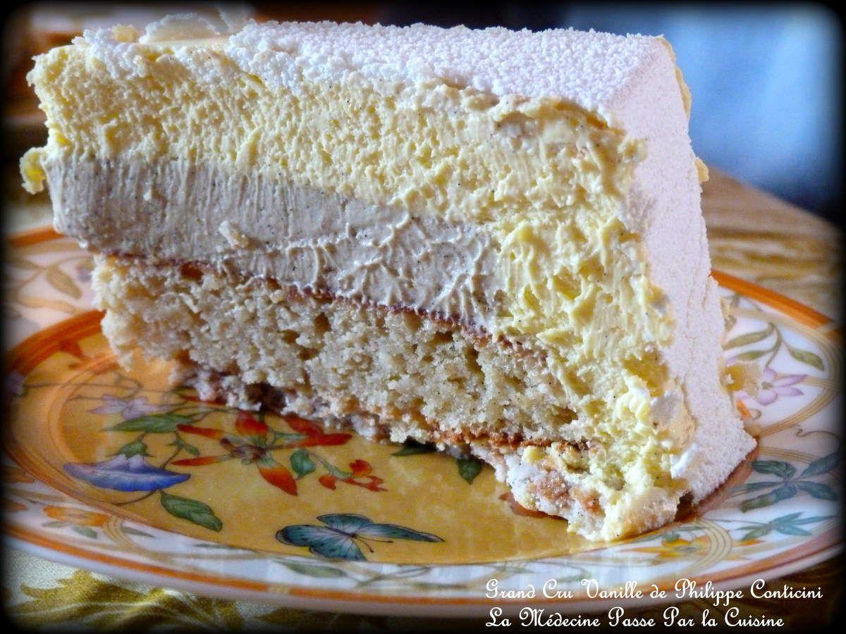 Le croustillant en base, puis le biscuit vanille, le crémeux noir et enfin, tout autour, la mousse vanille