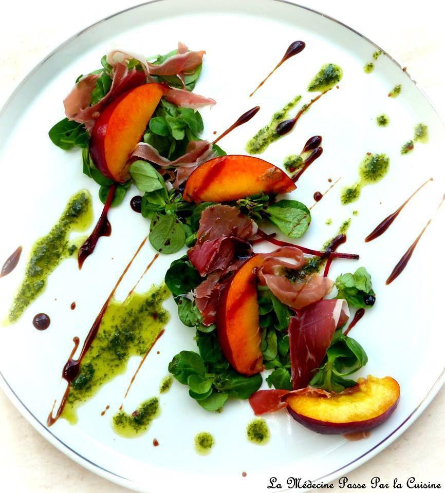 Nectarines, jambon fumé et basilic