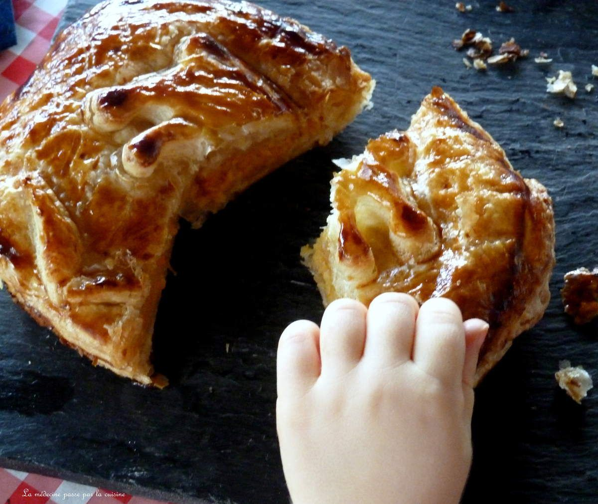 Ouh la petite main qui va manger la galette!
