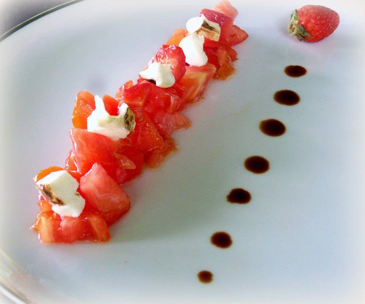 Salade de tomates, fraises et scamorza fumée