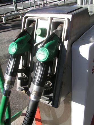 Le spectre de la pénurie d'essence se rapproche. Alors que plusieurs sites de dépôts pétroliers et raffineries sont bloquées en ce début de semaine, le manque de carburant commence à se faire sentir dans certaines régions. C'est particulièrement vrai en Bretagne où le blocage du dépôt de Lorient commence à avoir de sérieuses conséquences sur l'approvisionnement des stations-services. Dans le Finistère, des restrictions ont été mises en place dans les stations : les automobilistes peuvent mettre 30 litres maximum pour un véhicule léger. Les poids lourds sont contraints de ne mettre que 200 litres dans leurs réservoirs. Les stations à sec sont situées un peu partout sur le territoire français mais le sud du pays semble le plus concerné par la pénurie d'essence pour le moment. Difficile donc pour l'heure de parler de véritable pénurie, le nombre de stations-service en rupture de stock étant encore faible : 119 stations en rupture partielle, 17 en rupture totale. Mais si la mobilisation des Gilets jaunes sur les dépôts de carburants perdure, une réelle pénurie d'essence pourrait arriver. La crainte d'une pénurie pourrait aussi pousser les automobilistes à se ruer sur les stations-service pour faire le plein et, de facto, créer une pénurie car la demande sera trop élevée. Découvrez néanmoins ci-dessous la carte interactive des stations-service victimes de ruptures de stock de carburant !