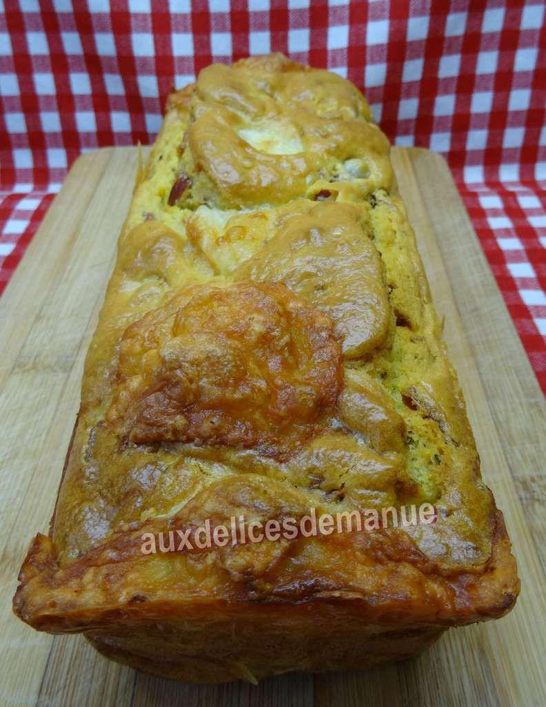 cake aux cœurs d'artichauts, tomates confites, olives, mozzarella et bacon