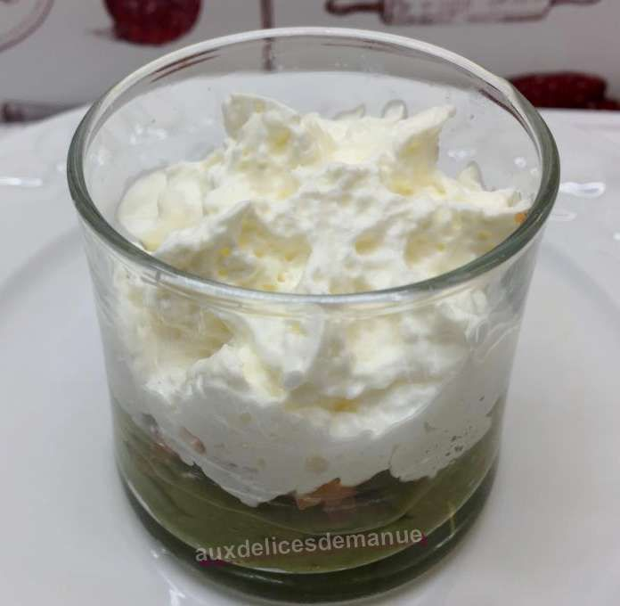 Verrines mousse d'avocat, saumon fumé et chantilly au saumon fumé