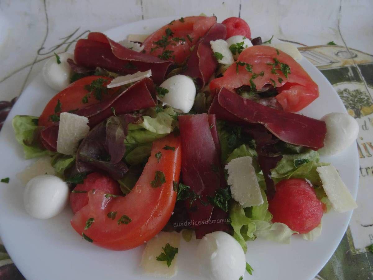 salade,viande des grison,tomates,mozzarella,pastèque,vacances