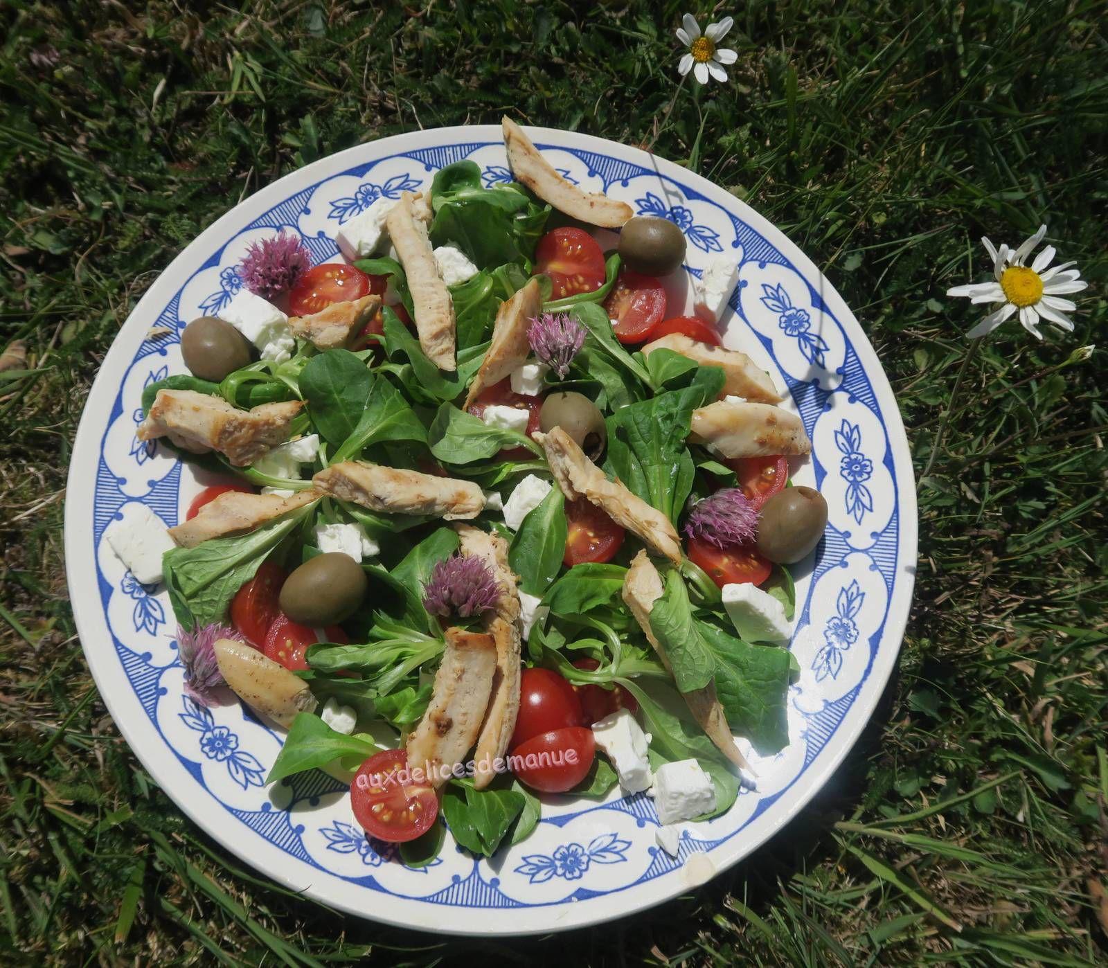 Salade de mâche, poulet, feta, tomates et olives