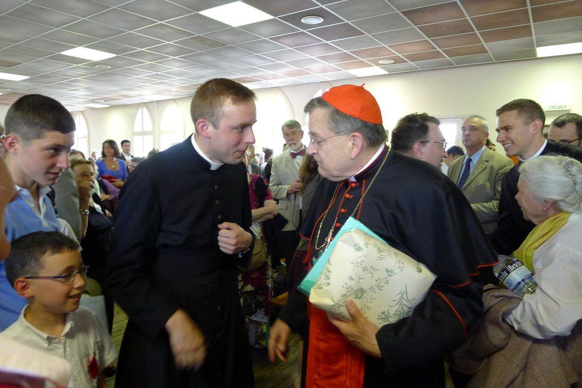 le chanoine Cristofoli présente des paroissiens au cardinal Burke à Lourdes