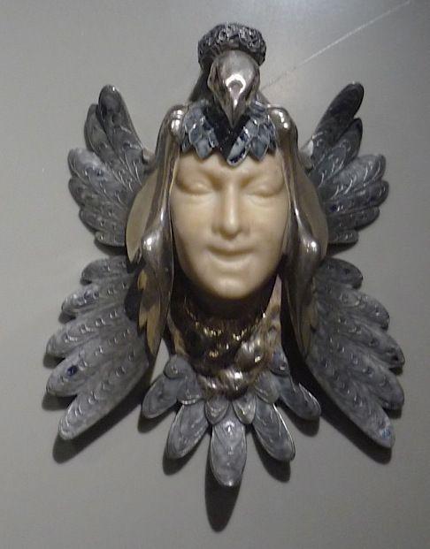 Masque de femme au paon, René Lalique, Paris 1898-1900 (argent, émail, albâtre)
