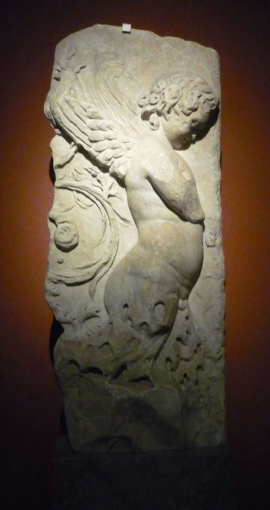 Fragment of a frieze : Eros (from Trajan's Forum in Rome ?) ; Relief frieze : Eros carrying garlands (from an unknow building in Rome) [Ier siècle ap. J.-C.]