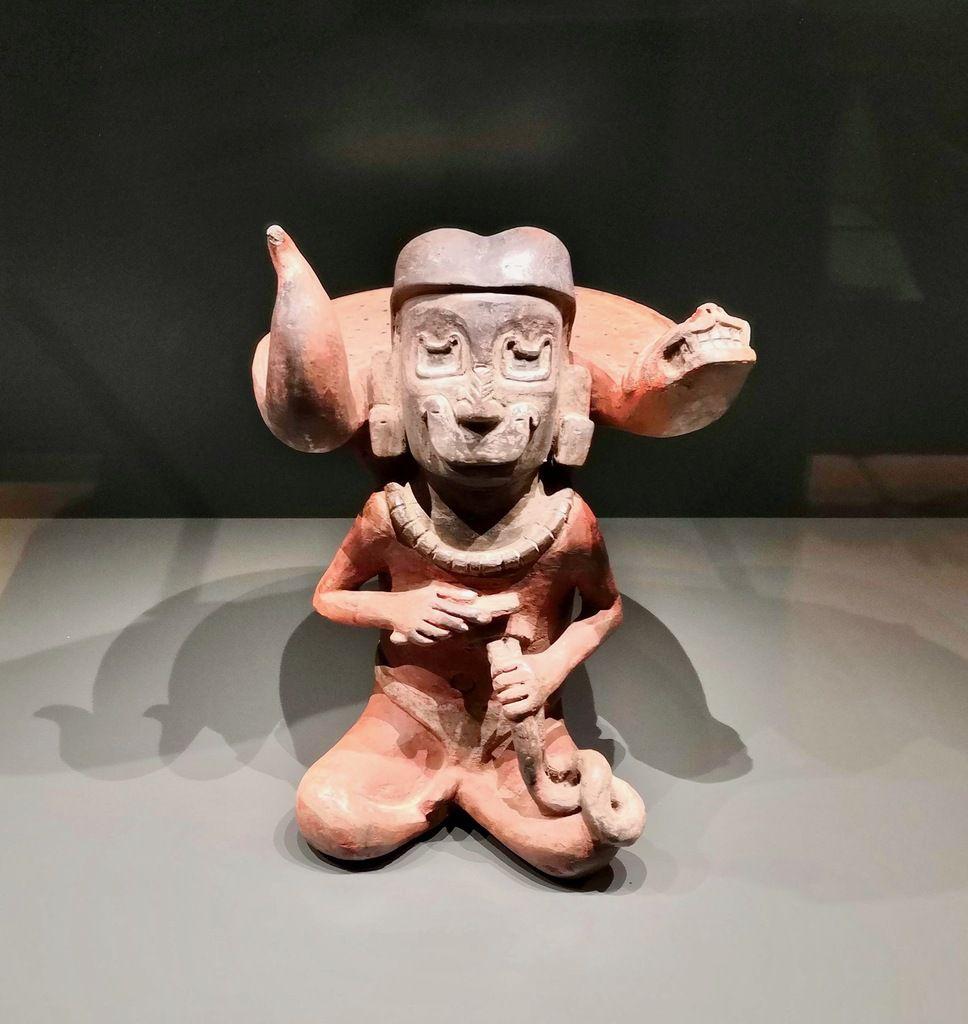 Cruche dotée d'un tamis/ d'une passoire représentant un chaman. Culture Tembladera, côte nord péruvienne. Entre 900 et 400 av. J.-C. Céramique.