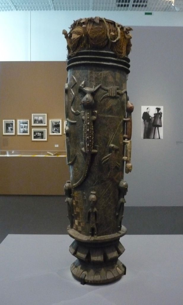 Tambour, fin du XIXe siècle, Côte d'Ivoire (cultures Akan, Baoulé), 200 x 200 x 58 cm, Paris, Musée du quai Branly