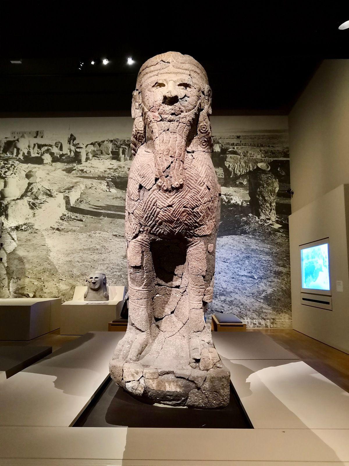 Statue d'homme oiseau-scorpion, Basalte, Tell Halaf (Syrie), ancienne Guzana, Vers 900 av. J.-C., Berlin, Pergamommuseum