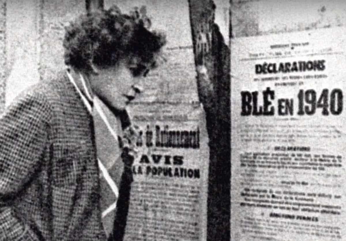 Colette devant une affiche en 1940