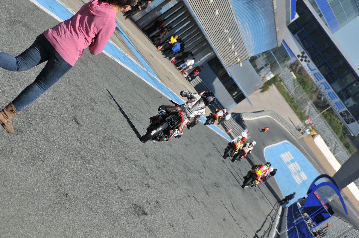 Après Alcarras, me voici sur le Circuit de Jerez. Que la route fut longue 1700 Kms depuis Chambéry, mais cela valait vraiment le coup. Je retrouve sur place Loris,  Ludo et Charles avec qui nous formons la petite équipe de Français dans ce Championnat avec chacun son niveau, Loris dans son championnat RIEJU,  Ludo se battant pour la gagne, Charles qui se bat pour le milieu de tableau et moi le petit Tom qui suit en queue de peloton, mais qui apprends jour après jour.Mon gros handicap dans cette saison est le fait que je ne roule pas assez entre chaque course, étant donné que mes parents ont racheté un second restaurant et non vraiment plus trop le temps pour me faire rouler, malgré de gros efforts d'organisation de mon père pour n'emmener sur les weekends de course. La différence avec la 25 Power est juste énorme, Là je dispose d'une moto que je ne connais pas vraiment et d'un mécano qui me pose plein de questions dès que je rentre de piste avec un tableau à remplir sur lequel je dois détaillé tout mon ressenti sur chaque virage, indiqué tout mes repères etc ...  je comprends vite que je ne suis plus dans l'esprit compétition moto plaisir mais tout simplement dans le monde de la Compétition. Et Franchement bravo à tous ses pilotes qui analysent tout afin d'être le plus performant possible. Pour ma part c'est très dur, je reste toujours ou presque dans un pilotage d'instinct ce qui me vaut d'être dans le dernier wagon. Dans ce monde là, l'instinct reste derrière mais le travail, la précision eux sont devant. Pour Adrien je n'ai pas trop mal roulé puisque j'améliorais mes chronos durant toute la course? Je n'arrive pas à donner le meilleur de moi même durant les essais libre et les essais qualif, je ne pars pas avec le couteau entre les dents. Ce qu'il me manque le plus, c'est cette putain de vitesse de passage en courbe avec tous les points de repères que cela implique. et je n'y arrive pas, j'ai un blocage que je ne maîtrise pas. Mon père me la répéter au moins 100 