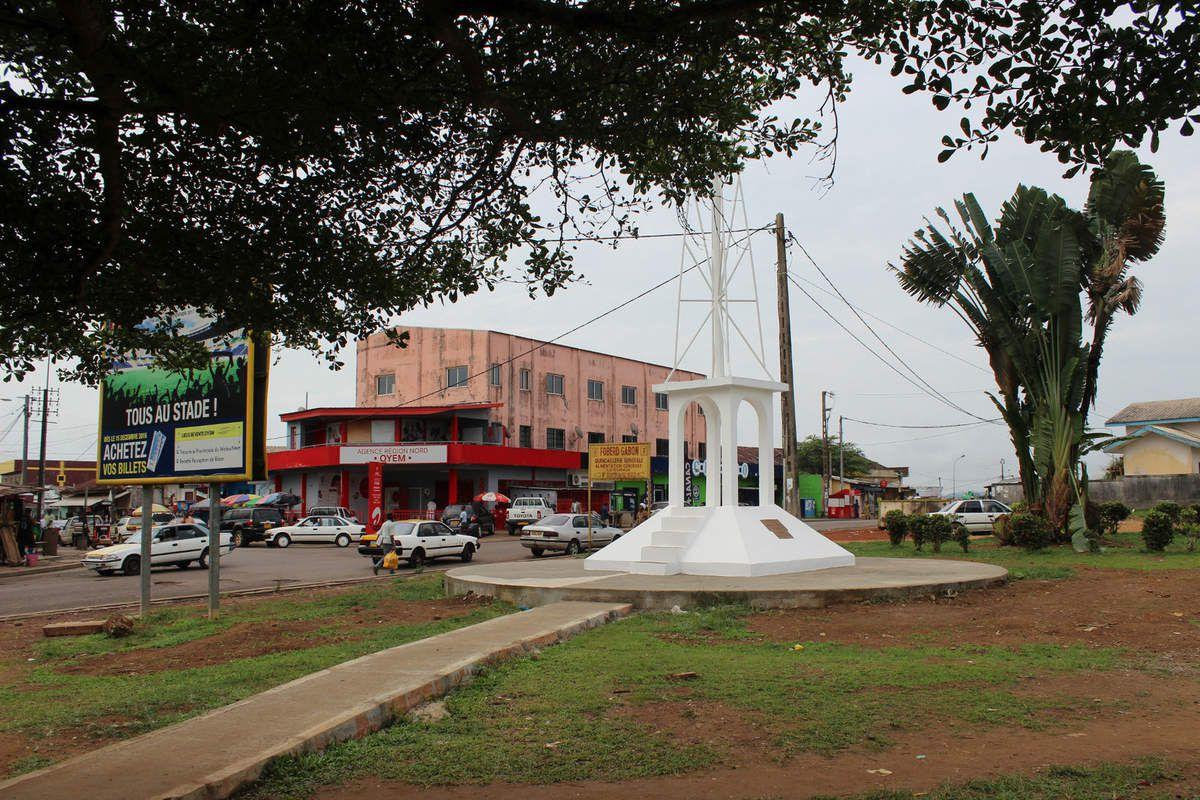 Image d'Oyem. On peut y apercevoir le monument Nkoum Ekiegn.