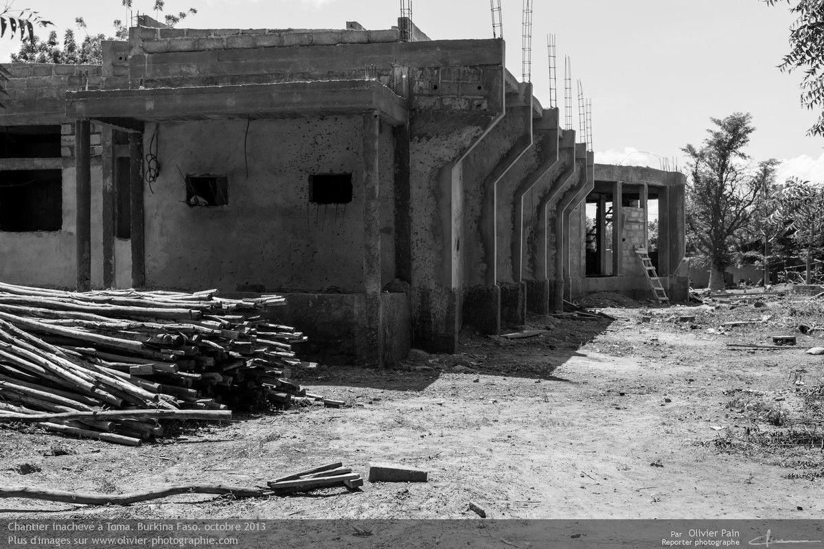 Photo : le chantier d'une nouvelle mairie à Toma. Chantier inachevé.