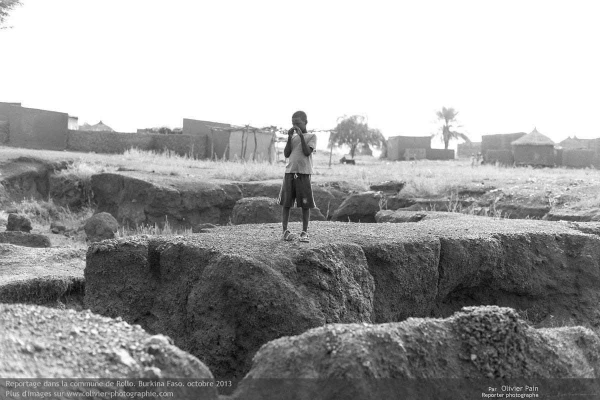 """Photo : Pour trouver la meilleure terre pour les briques, il faut souvent creuser de façon """"disparate""""."""