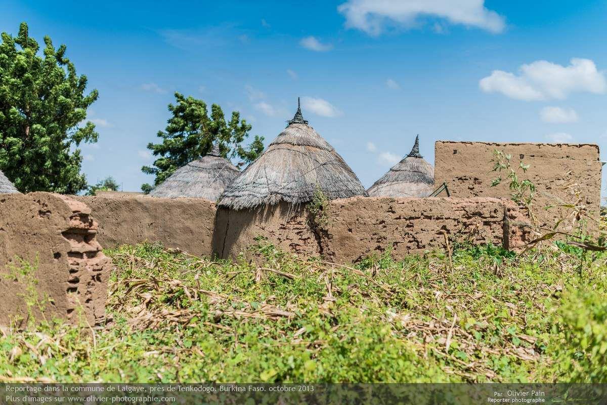Photo : Vue depuis l'extérieur du même village (photo ci-dessus). Les toits sont réalisés en chaume et les murs en briques de terre cuites.