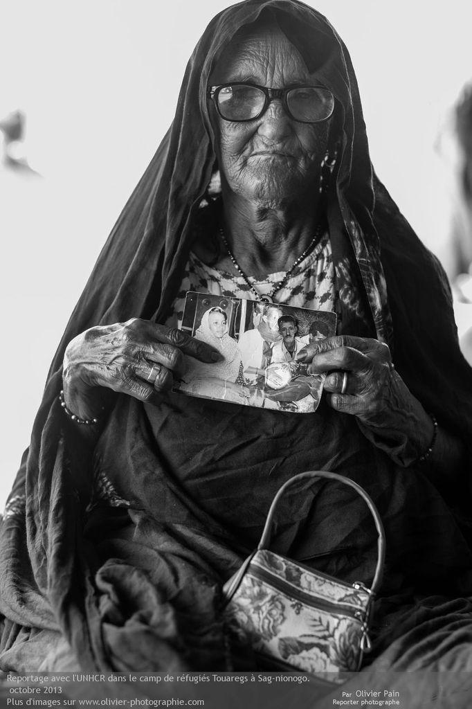 Photo : Portrait de Fata posant avec son fils. Elle l'a perdu le jour où elle a fuit les forces intégristes de son pays. Son pays s'est fait emprisonner sous ses yeux. Elle a appris il y a quelques semaines qu'il était sorti de prison mais sans plus de précisions. Depuis elle le recherche.