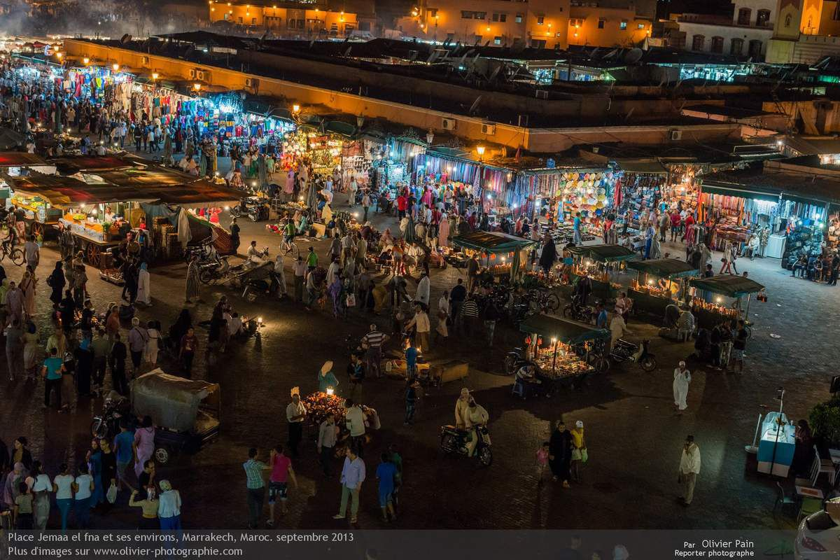 Photo : la place Jemaa El Fna  de Marrakech de nuit.