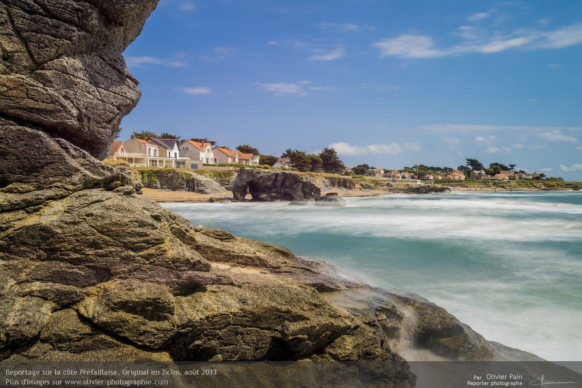"""Photo : La """"roche percée"""". Elle porte ce nom à cause du trou en son coté gauche. C'est un lieu incontournable du paysage préfaillais."""