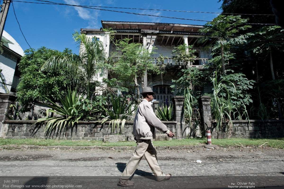 """Photo : Une ancienne maison colonniale laissée à l'abandon. De telles maisons sont fragiles et surtout trop chères à l'entretien pour des familles malgaches. Les malgaches plus riches ayant tendance à faire construire sur mesure dans des quartiers """"conçus pour eux""""."""