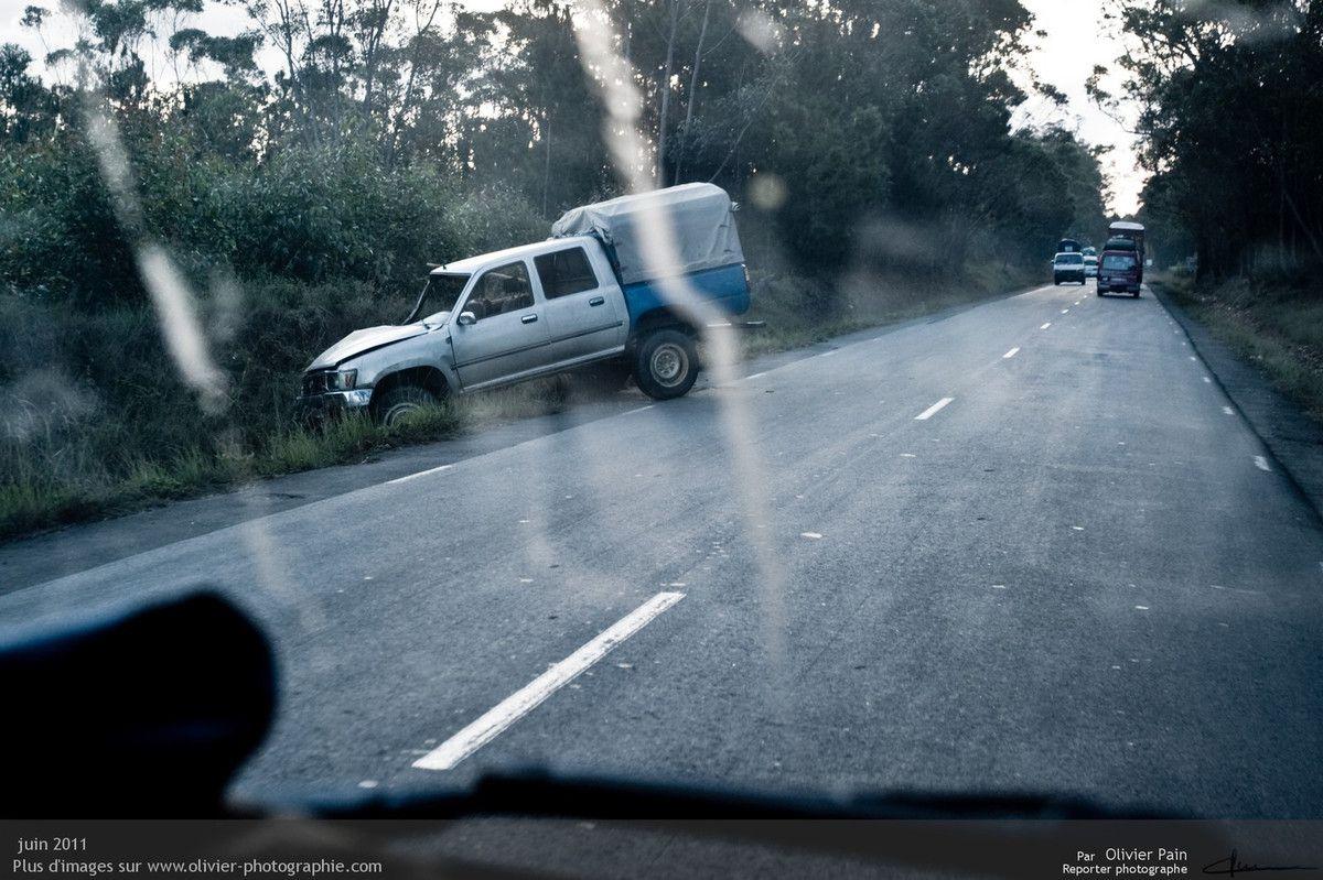 Photo : Un autre accident rencontré sur la même route et toujours le même jour. Le mauvais état des routes, la surchage des essieux des camions et voitures font tout pour augmenter les risques d'accidents sur les nationales. Depuis 2010 le nombre de braquages armés est exponentiel. Les routes deviennent de plus en plus dangereuses.