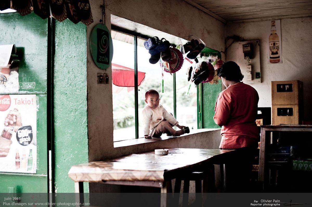 Photo : Petite pause dans un  des bars de route du village.