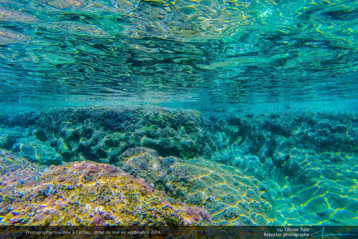 Photo : La côte Ouest de l'île de Corfou en grèce. Vue sous marine.
