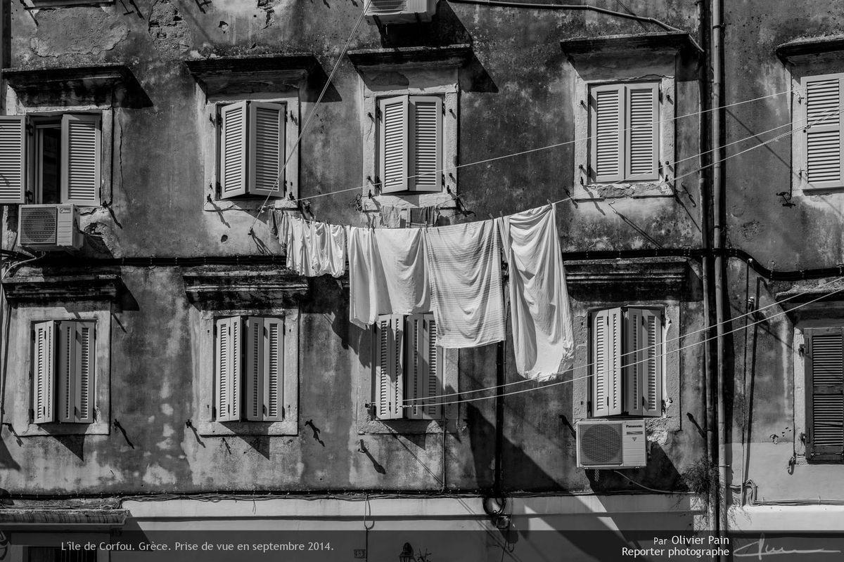 Photo : Draps étendus pour le séchange au dessus des rues de la ville.