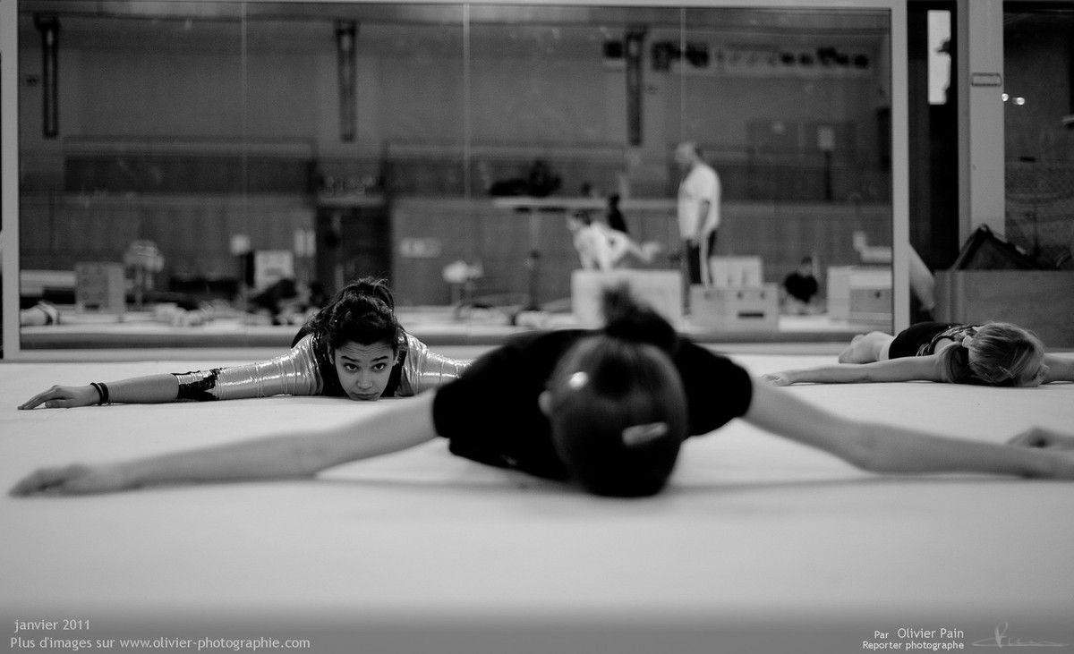 Photo : Travail de renforcement musculaire au sol sur le praticable.
