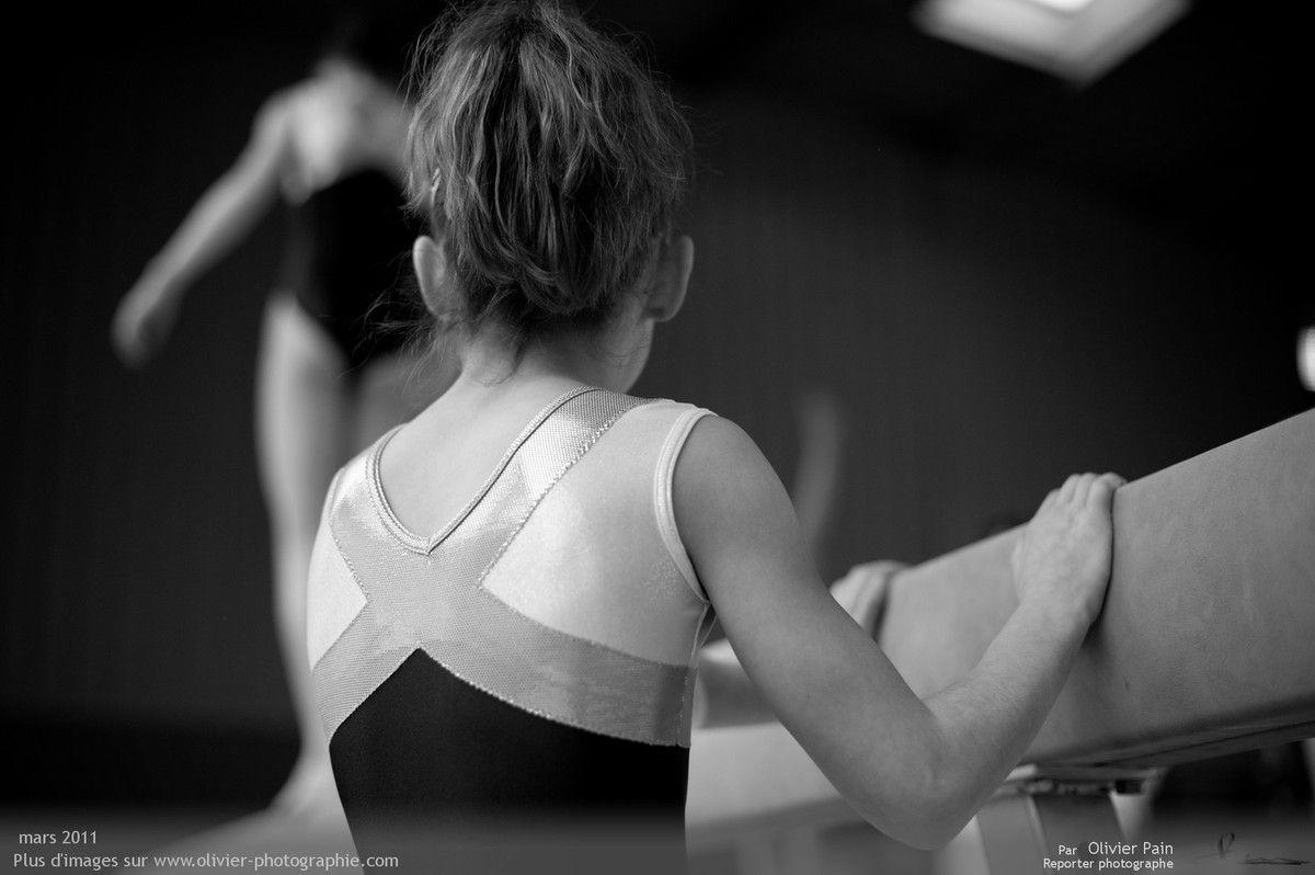 Photographie, reportage gymnastes : Sarah parant une de ses amies.