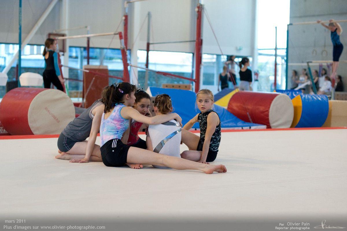 Photographie, reportage Gymnastes : les filles autours de sarah après une dispute.