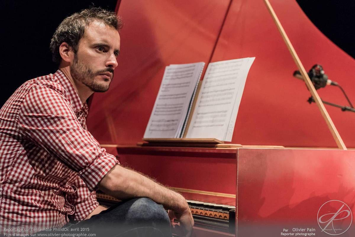 Reportage lors de la répétition de l'ensemble philidor à Tours. le pianiste de l'ensemble.