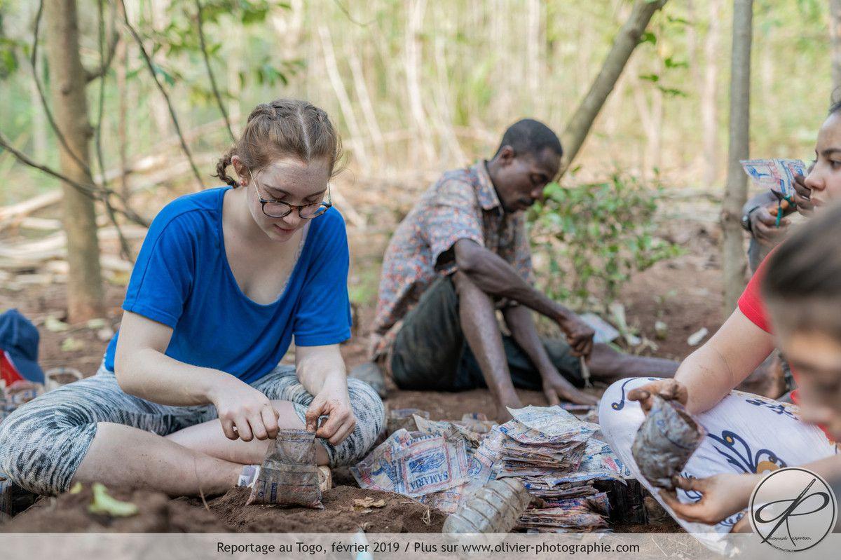 Nos jeunes en train de remplir les cas plastiques de terre et terreau.