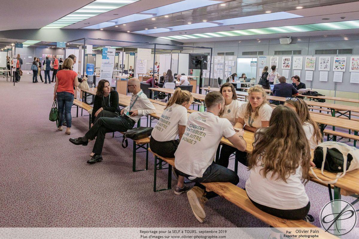Reportage lors du congrès de la SELF, vues des séances de travail en salle, photographie de groupe des bénévoles ainsi que des photographies d'architecture intérieure