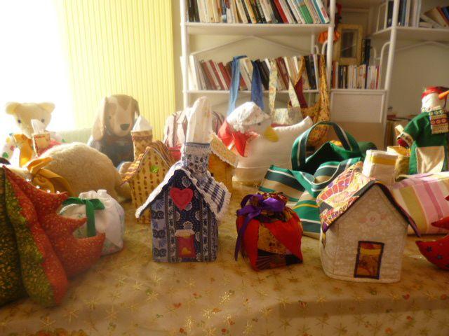 Un stand de créas couture j'ai adoré le chien un petit faible, les maisons servent de dévidoirs à mouchoirs, des sachets de lavande dans le panier.