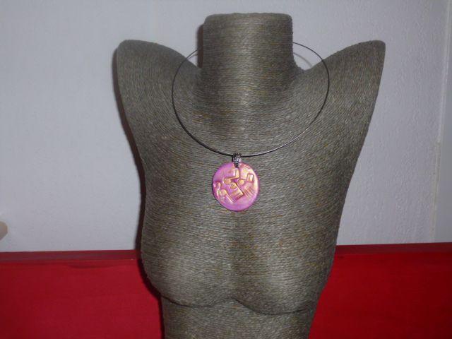 Un collier rose et doré