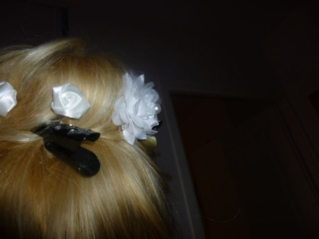 Je suis de mariage dans deux mois et je dois me coiffer moi-même, il va falloir quand même aller faire une coupe en septembre, un dégradé pour enlever les cheveux abîmés par le soleil quand pensez-vous, j'ai mis un donuts et des pinces métal et strass, les fleurs ce sont des pics mais vais-je le réussir le jour J aussi rapidement !