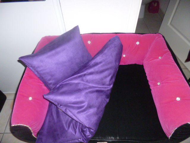 J'ai une super mam le rose fané du coussin pas terrible alors mam ni une ni deux à recouvert d'un beau et doux tissu violet en suédine le coussin du canapé et même une housse pour mon mini oreiller voilà tout neuf  mon canapé je peux faire le beau les filles !