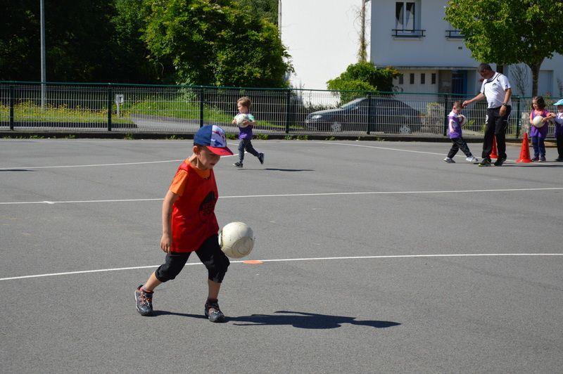 """Activité """"Balle au pied"""" avec Didier pour les MS/GS"""