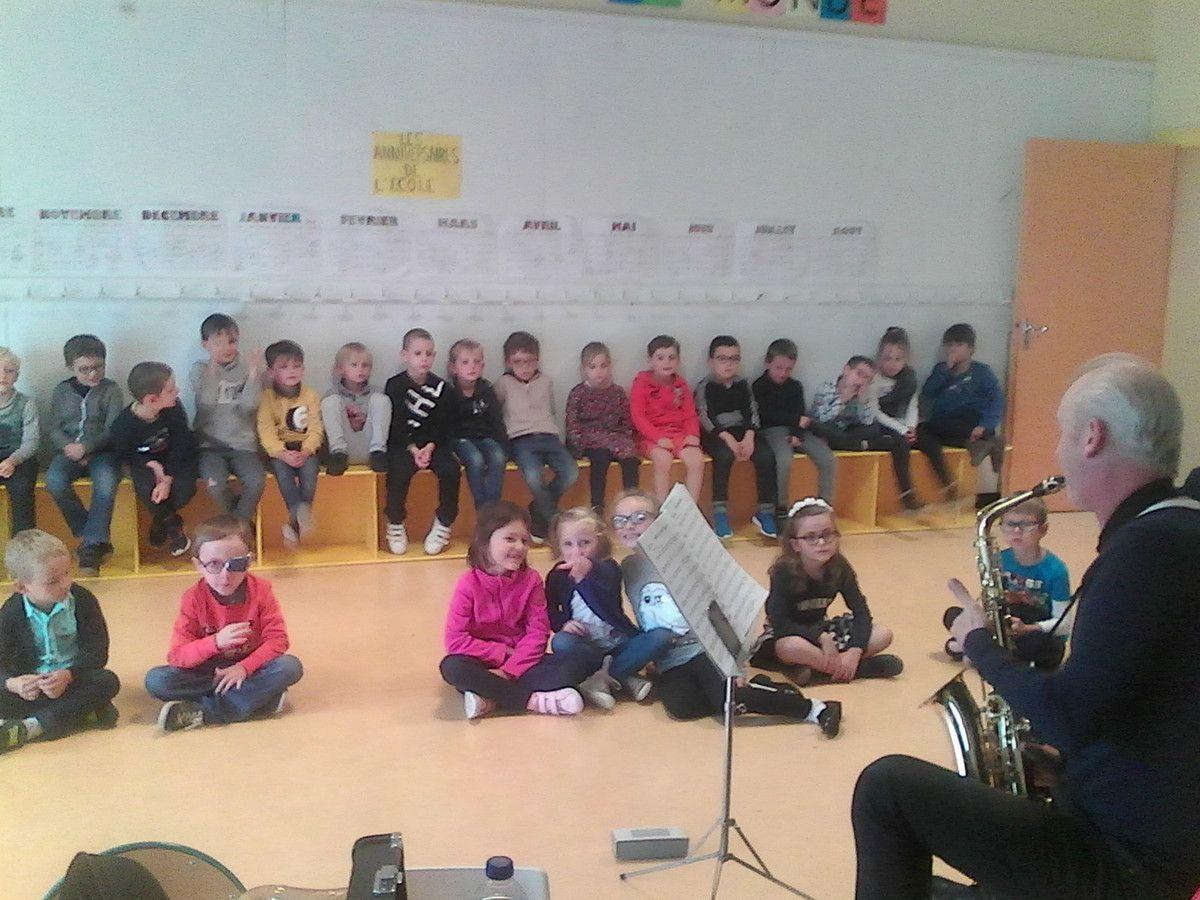 Découverte du saxophone par les élèves du CP
