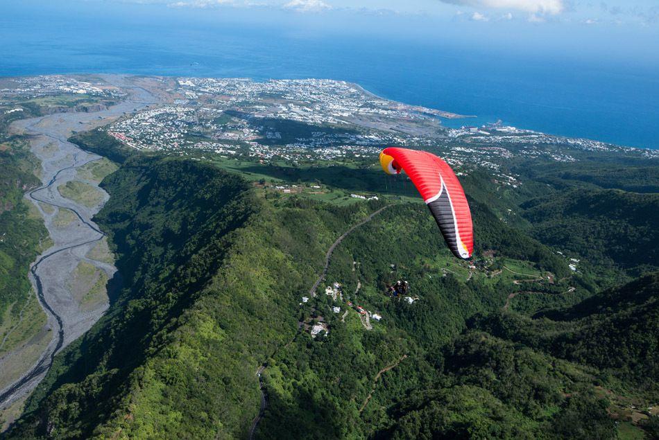 Le parapente à la Réunion attire des milliers de touristes, confirmés ou non.