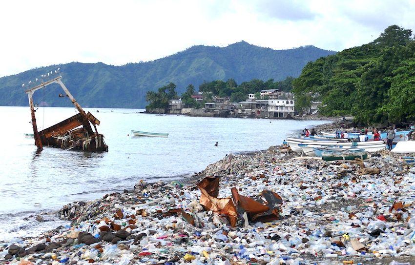 C'est de ce genre de plages, couvertes de déchets, que peuvent partir de Mutsamudu (Anjouan, Comores) des kwassas pour Mayotte. (photos LD)