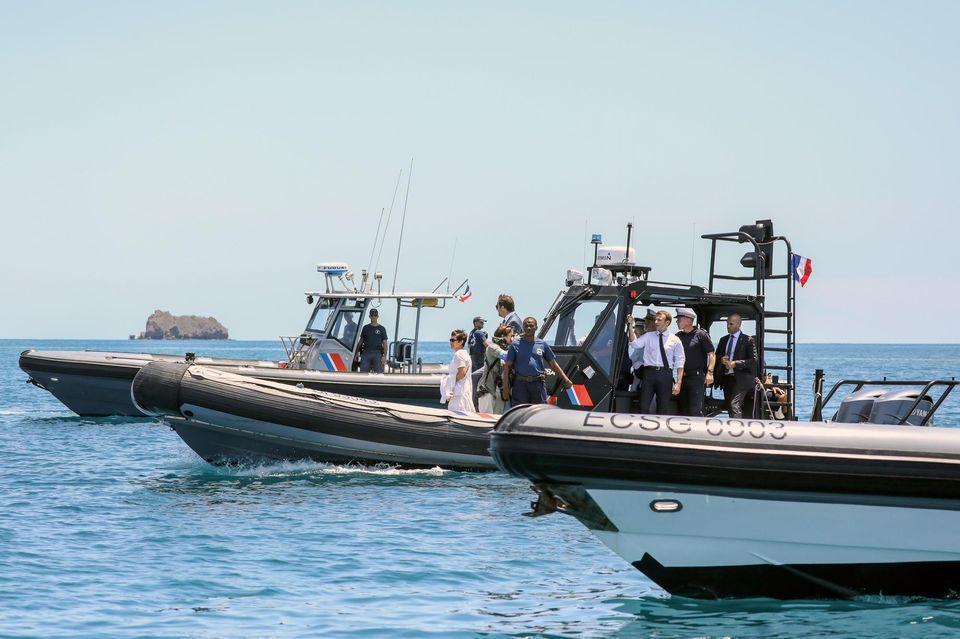 Emmanuel Macron a débarqué à bord d'un intercepteur de la police des frontières. (photo Stéphane Lemouton, Sipa)