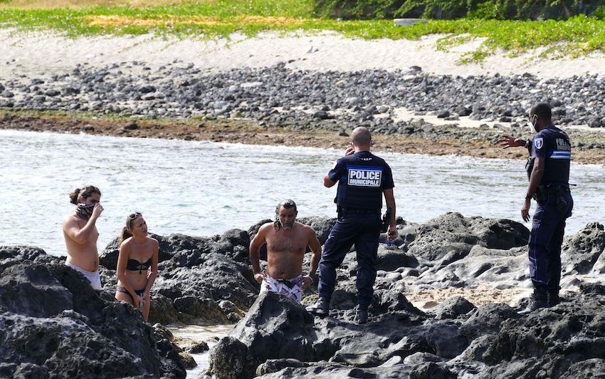 La policie municipale de St-Paul intransigeante sur la plage de Boucan Canot. (LD)